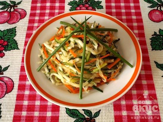 """Салат из капусты с огурцом и морковью """"Пёстрый"""""""