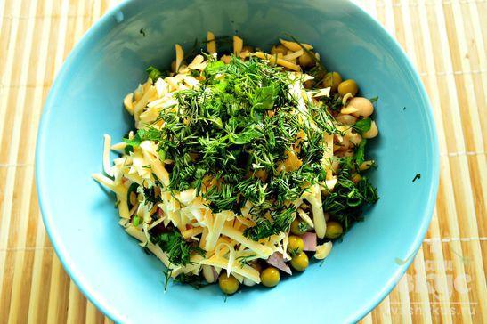 Сырный салат с белой фасолью