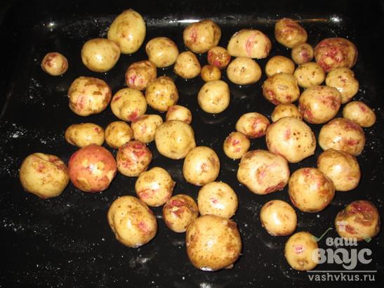 Запеченный молодой картофель с чесночным соусом