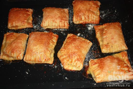 Пирожки из слоеного теста с яблочным вареньем