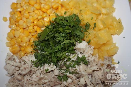 Салат из курицы с ананасами и зеленью