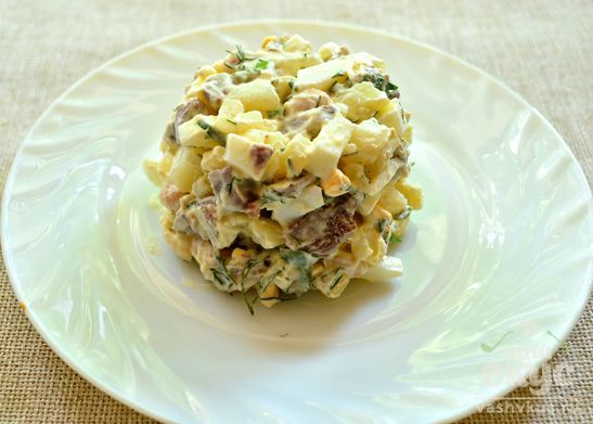 Мясной салат с фасолью и яйцами