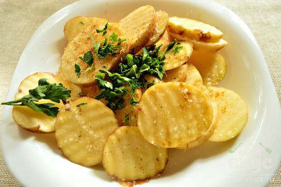 Картофель с петрушкой и молотым имбирем в духовке