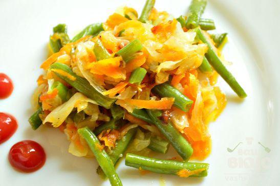 Капуста, жаренная с морковью и стручковой фасолью