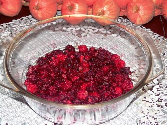 Десерт из малины и творога