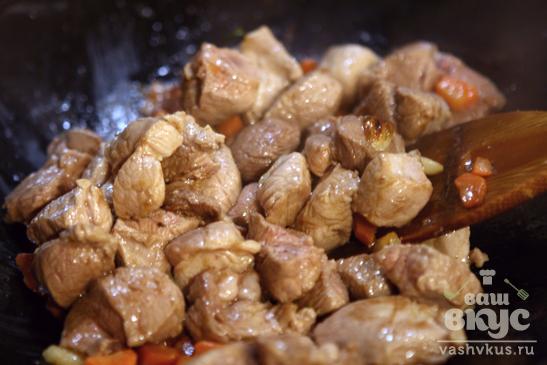 Свиной балык с рисом и капустой в соусе бешамаль