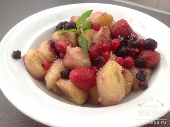 Банановый десерт с ягодами
