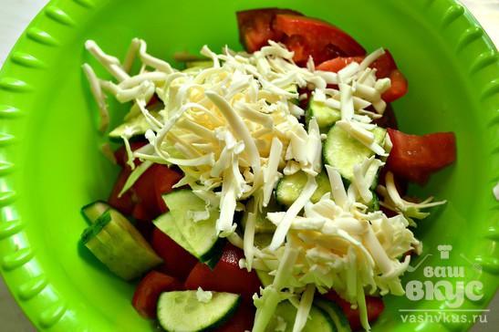 Салат с плавленым сыром и помидором