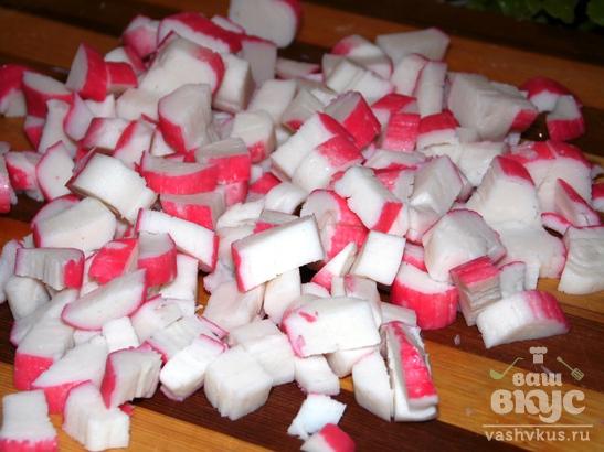 Салат из помидоров, копченой курицы и крабовых палочек