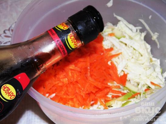 Салат из зеленых яблок, капусты и моркови