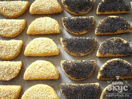 Сладкое сырное печенье с маком и кунжутом