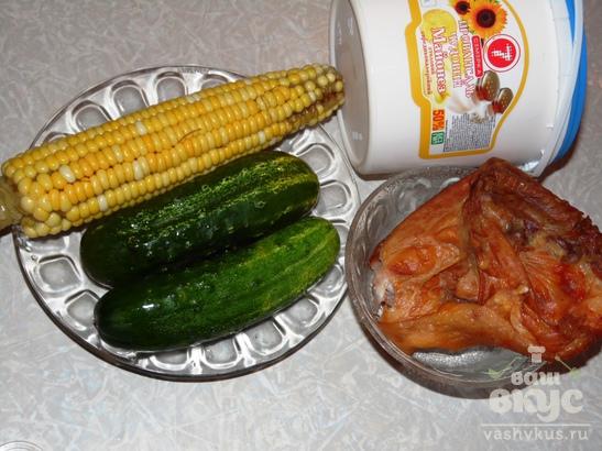 Салат из кукурузы, огурца и копченой курицы