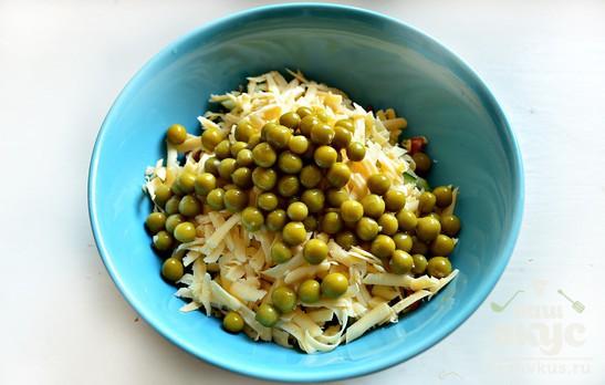 Сырный салат с колбасой и огурцами
