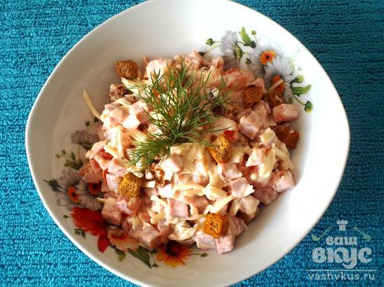 Приготовление салаты с сухариками и колбасой помидорами и сыром