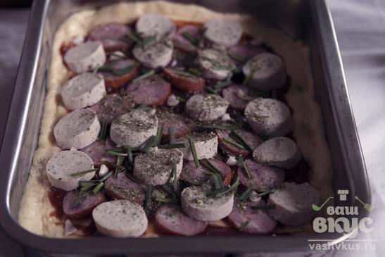 Пицца с колбасой, чесноком и шпинатом