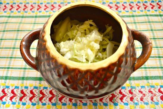 Капуста в горшочке с куриным филе и картофелем