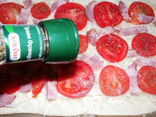 Пицца из слоеного теста с помидорами и грудинкой