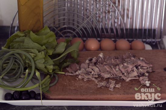 Яичница со щавелем, стрелками чеснока и запеченным мясом