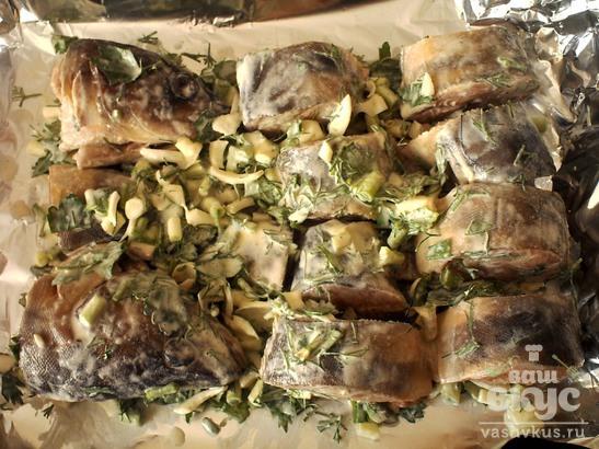 Терпуг, запеченный со сметаной и зеленью