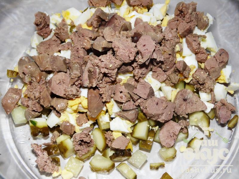 Салат с печенью и яйцами и огурцами