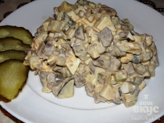 Салат из куриной печени, яиц и маринованных огурцов