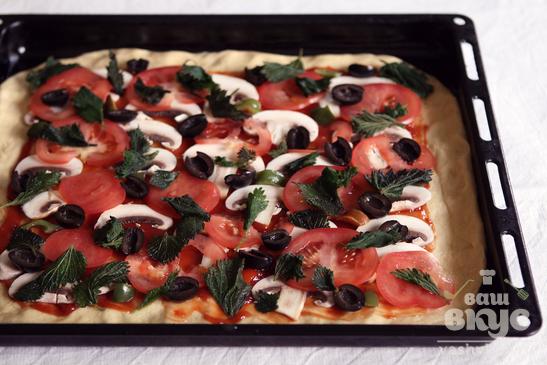 Пицца с шампиньонами и листьями крапивы