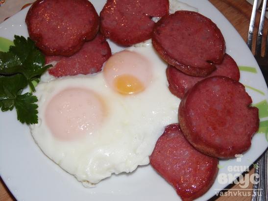 Яичница с копченой колбасой