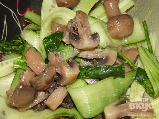 Салат с огурцом и маринованными шампиньонами