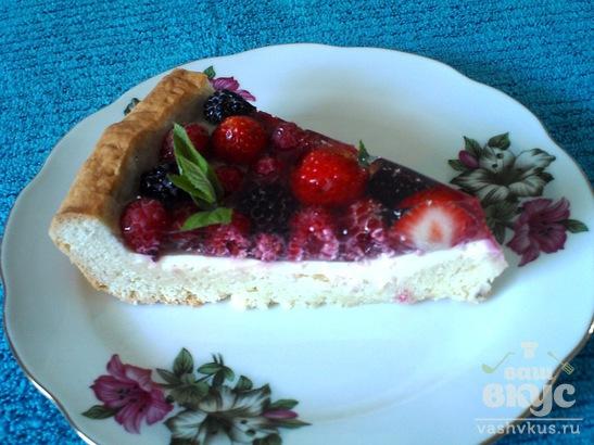 Песочный пирог с кремом и ягодами в желе