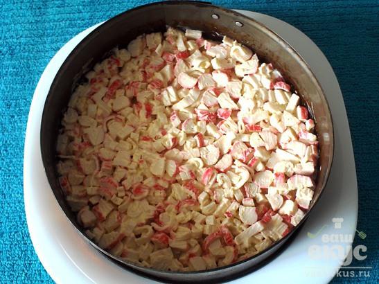 Салат с крабовыми палочками, сыром и ананасами