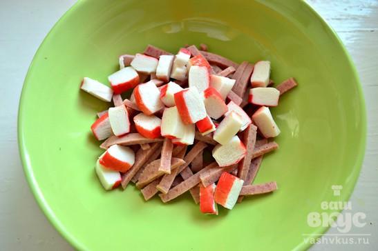 Салат с белой фасолью и крабовыми палочками