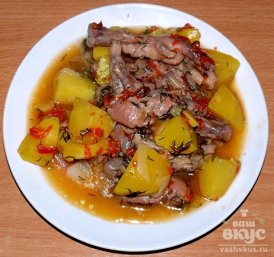Куриные лапки и желудки, тушённые с овощами