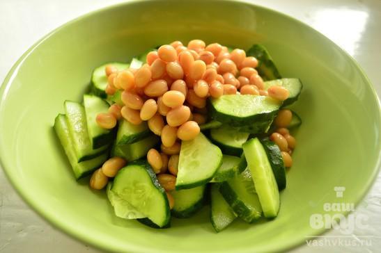 Простой салат с огурцами и белой фасолью