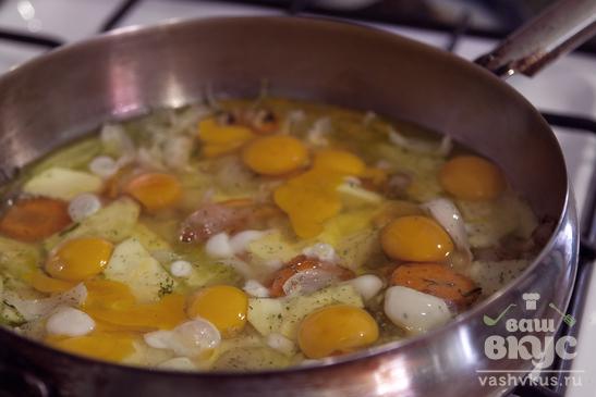 Жареные яйца с салом и овощами