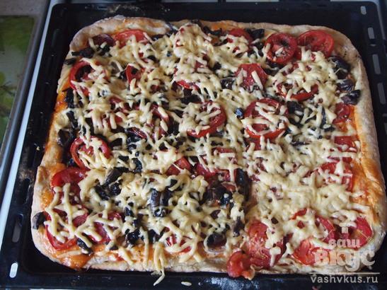 Пицца на кефире с колбасой, грибами и помидорами
