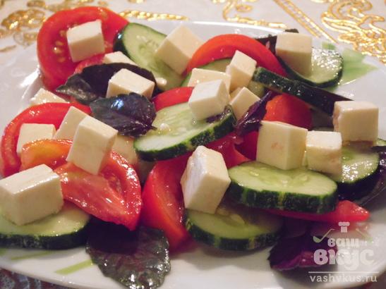 Греческий салат со свежим базиликом
