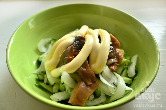 Салат с огурцами и маринованными грибами