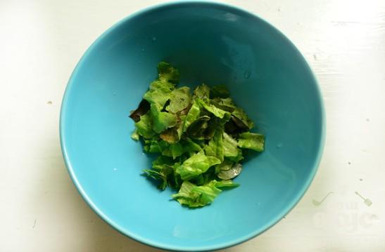 Салат с луком, зеленью и помидорами