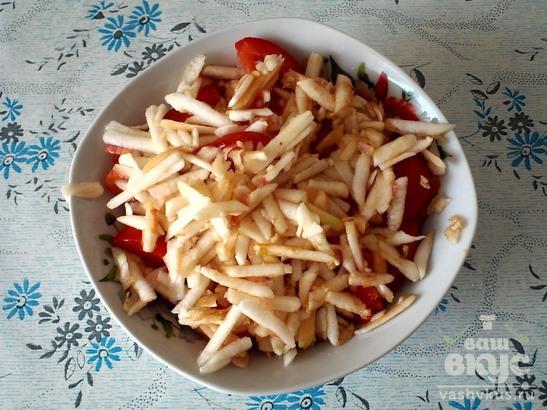 Салат из помидоров и яблок