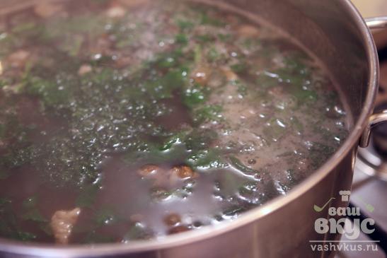 Суп с чечевицей, свининой и шпинатом