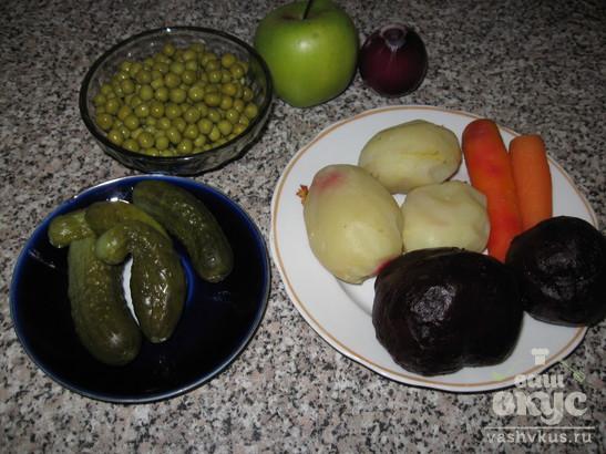 """Салат со свеклой, яблоком и горошком """"Столичный"""""""
