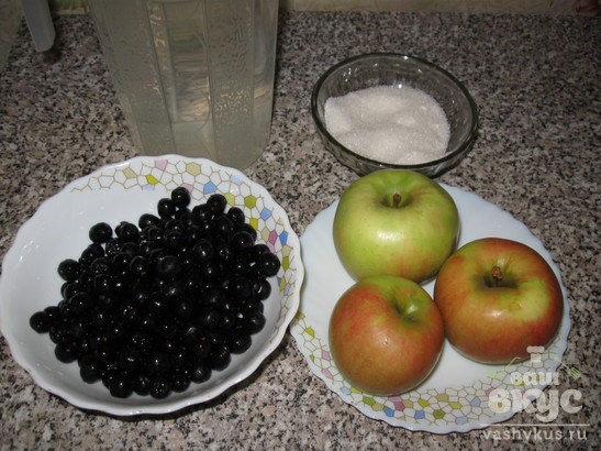 Компот с черноплодной рябиной и яблоками