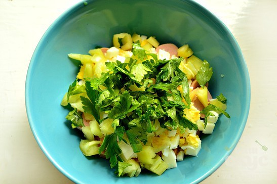 Салат с зеленым перцем и молочными сосисками