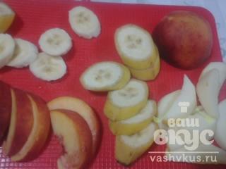Десерт с фруктами из творожной массы и печенья