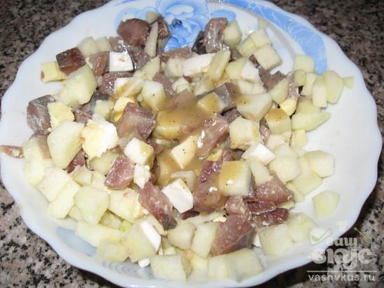 Селедка с яблоком под горчичным соусом