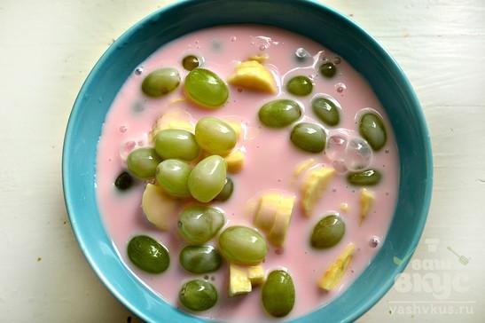 Фруктовый десерт с виноградом