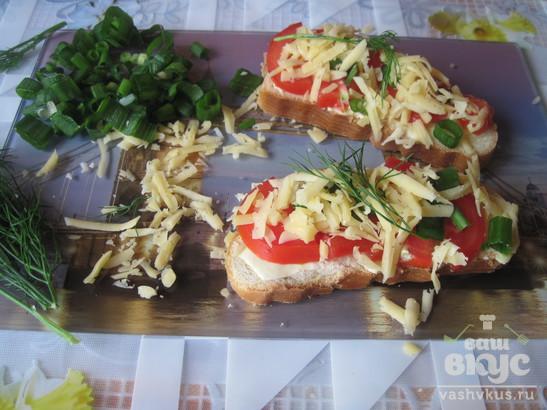 Горячие бутерброды с сыром, свежими помидорами и зелёным луком