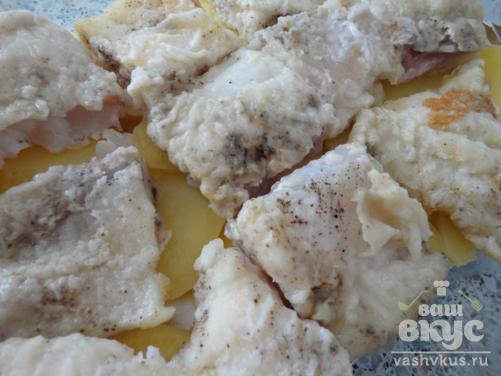 Запеченная рыба под соусом с картофелем и твердым сыром