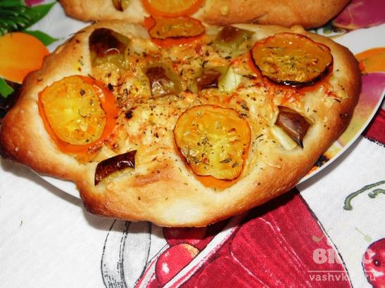 Мини-фокачча с помидорами черри, сыром и болгарским перцем