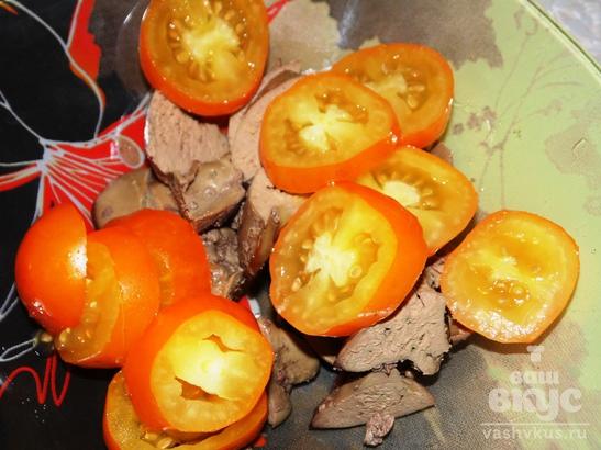 Теплый салат из куриной печени, омлета и помидоров